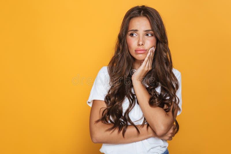 Foto av den upprivna brunettkvinnan i tillfällig kläder som åt sidan ser på fotografering för bildbyråer