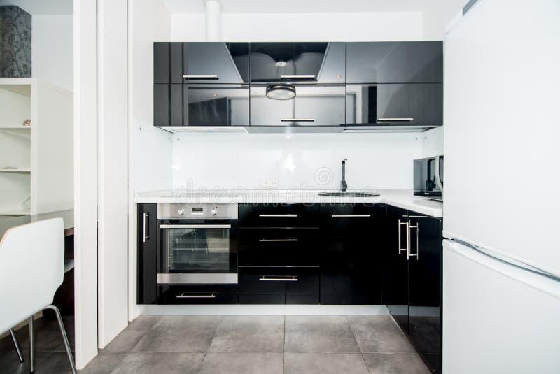 Foto av det ljusa kökrummet fotografering för bildbyråer