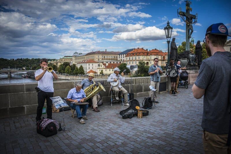 Foto av en bromusikband i Prague på Charles Bridge - gatamusik arkivfoton