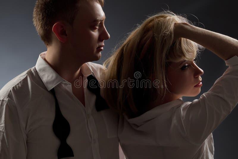 Сouple i vitskjorta och svart tie royaltyfria foton