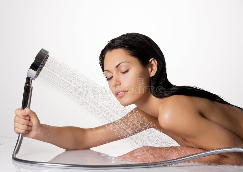 Foto av en kvinna i duschtvagninghår och kroppen royaltyfria foton