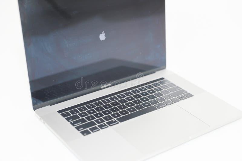 Foto av en MacBook Pro MacBook Pro Retina gjorde vid Apple Inc royaltyfria foton