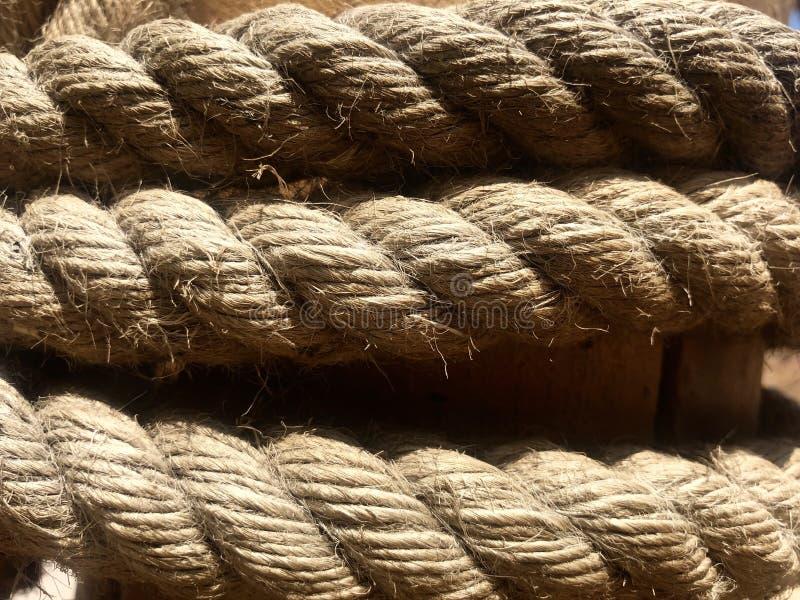 Foto av ett flätat rep runt om en stolpe royaltyfri fotografi