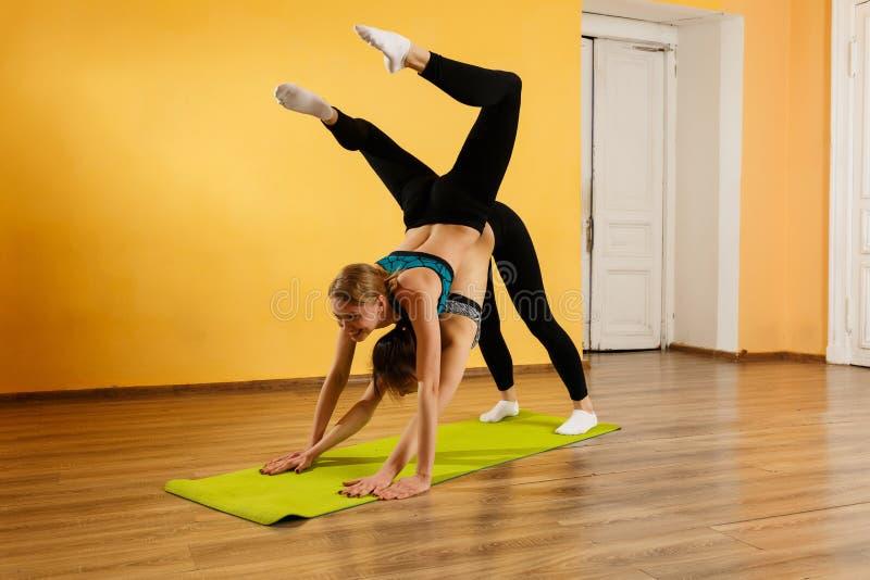 Foto av förlovad yoga för idrottsman nen royaltyfri bild
