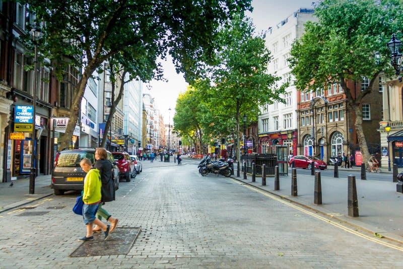 Foto av gränsmärkegatan och byggnader nära den Trafalgar fyrkanten royaltyfria bilder