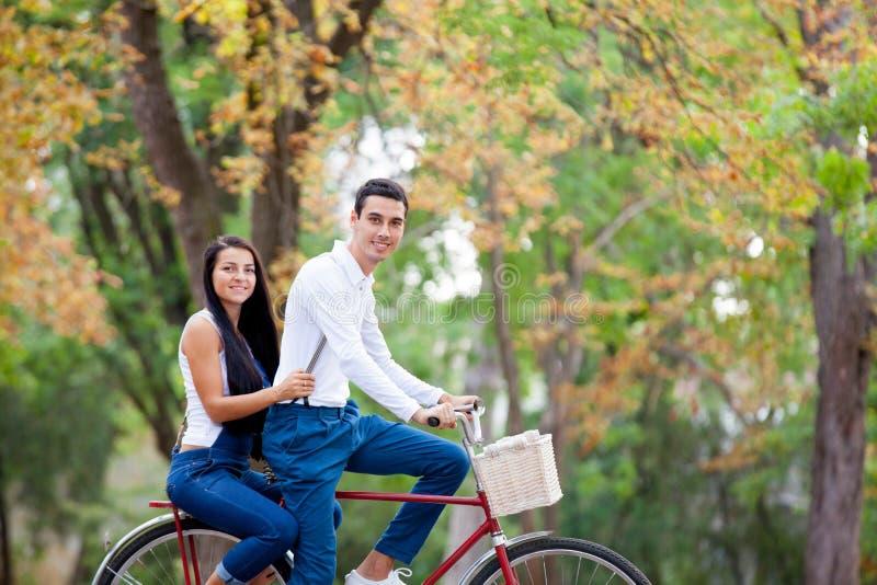 Foto av gulligt parsammanträde på cykeln och att krama på wonden arkivbilder