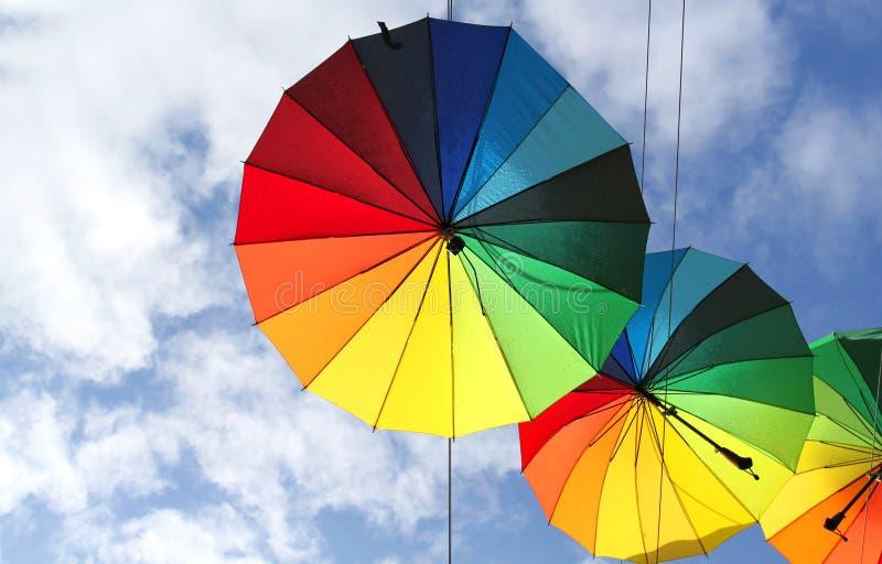 Foto av härliga mång--färgade paraplyer arkivbild