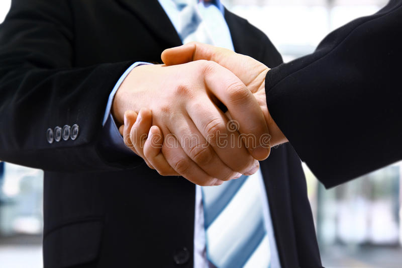 Foto av handskakningen av affärspartners arkivfoton