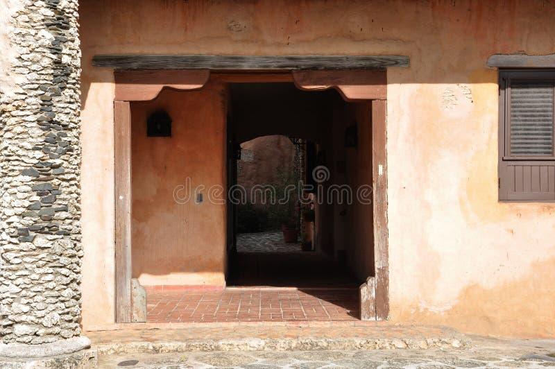 Foto av ingången till det gamla huset i den spanska stilen arkivbilder