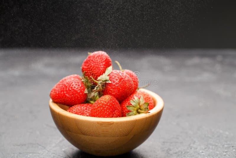 Foto av jordgubbar i träkopp royaltyfri bild