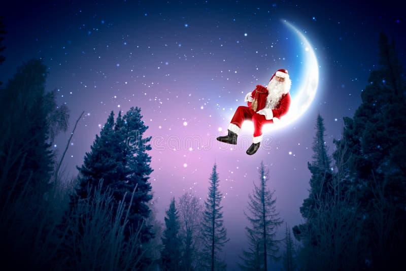Foto av Santa Claus sammanträde på moonen royaltyfri foto