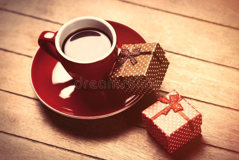 Foto av koppen kaffe och gulliga slågna in gåvor på det underbara bet fotografering för bildbyråer