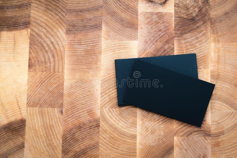 Foto av kort för svartmellanrumsaffär på träbakgrund Templa fotografering för bildbyråer