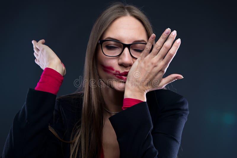 Foto av kvinnan med smetad läppstift royaltyfri fotografi