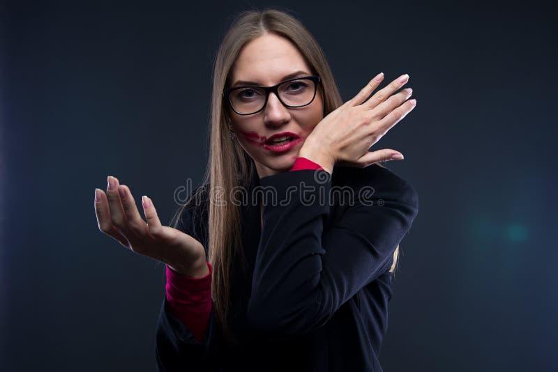 Foto av kvinnan med smetad röd läppstift royaltyfri foto