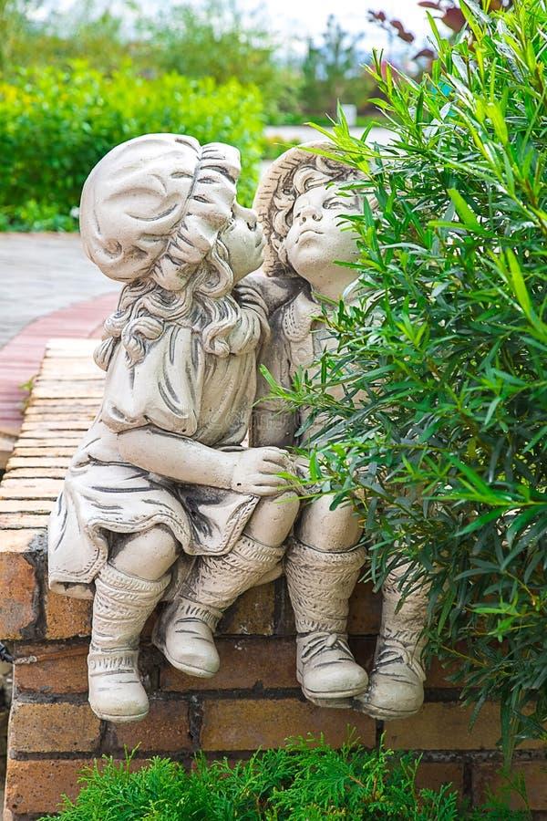 Foto av kyssande statyer av en pojke och en flicka royaltyfri fotografi