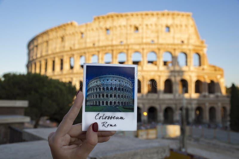 Foto av magneten med hela Colosseum med verklig colosseum på arkivbild