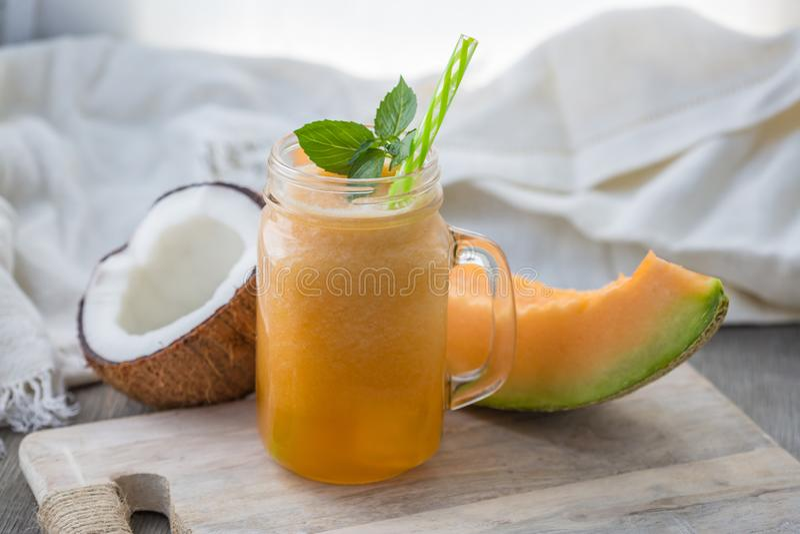 Foto av melonsmoothien i krus med sugrör på ljus bakgrund Ny organisk smoothie H?lsa eller detoxen bantar matbegrepp royaltyfria bilder