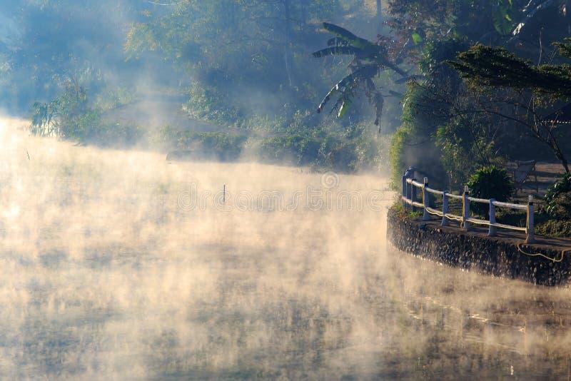 Foto av morgonen med vit dimma ?ver sj?n p? Rak den thail?ndska byn, Pang Oung, MaeHongSon Thailand royaltyfria bilder