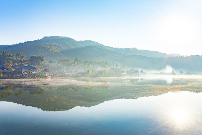 Foto av morgonen med vit dimma ?ver sj?n p? Rak den thail?ndska byn, Pang Oung, MaeHongSon Thailand fotografering för bildbyråer