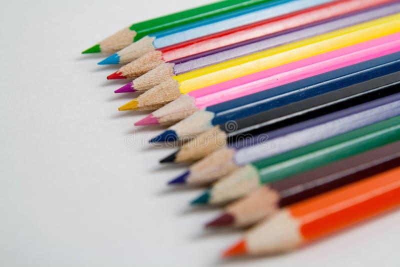 Foto av planerade kulöra blyertspennor royaltyfria bilder