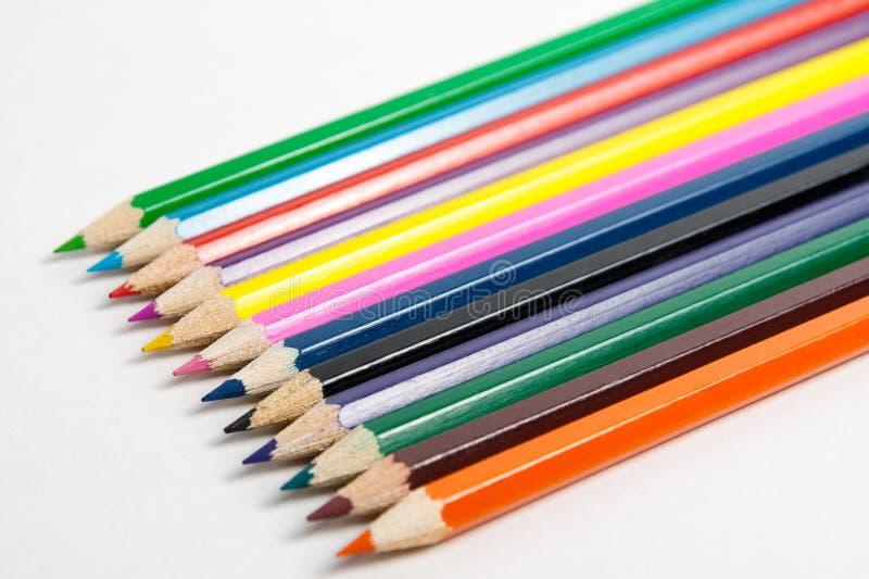 Foto av planerade kulöra blyertspennor fotografering för bildbyråer