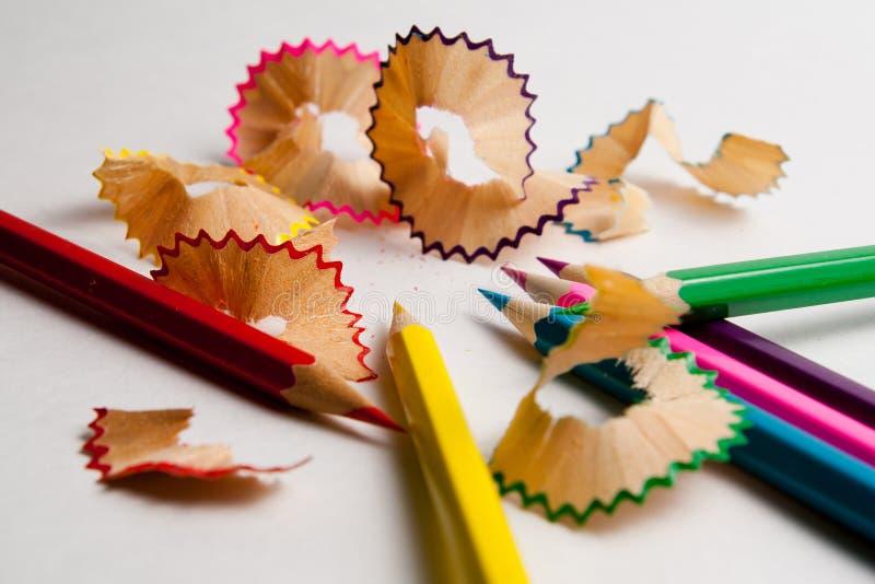 Foto av planerade kulöra blyertspennor arkivbilder