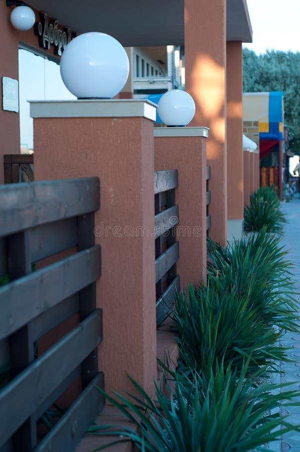 Download Foto av runda vita lampor fotografering för bildbyråer. Bild av ytter - 76702385