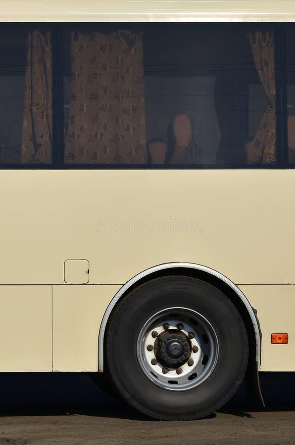 Foto av skrovet av en stor och lång gul buss med fritt utrymme för annonsering Närbildsidosikt av ett passageraremedel för t royaltyfri fotografi