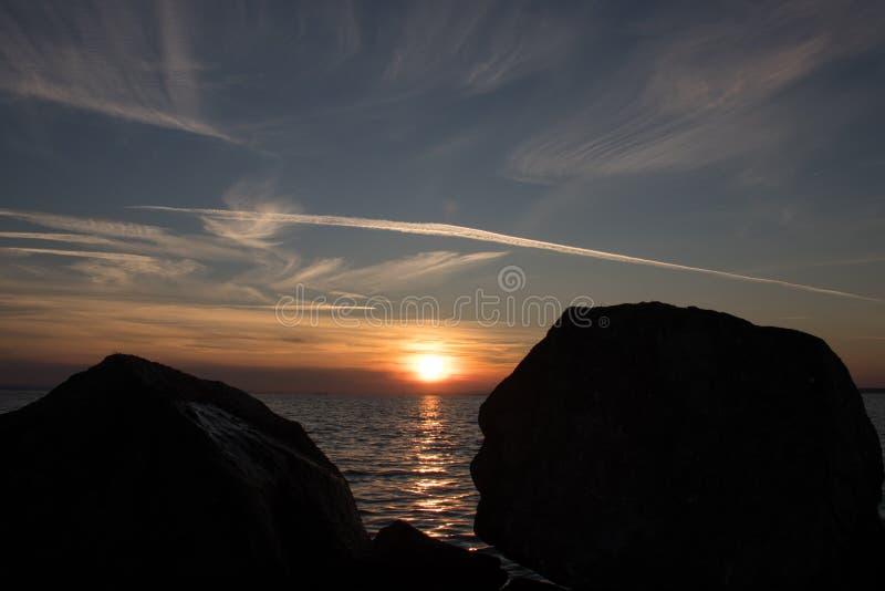 Foto av solnedgången över havet arkivbild