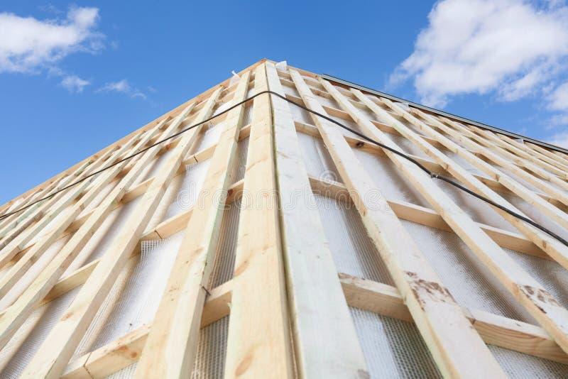 Foto av splitterny trätakplankabräden på litet hus mot härligt lugna dagljus - blå himmel arkivfoton
