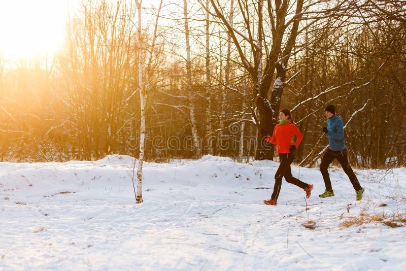 Foto av sportar kvinna och man på inkörd vinter för morgon royaltyfri fotografi