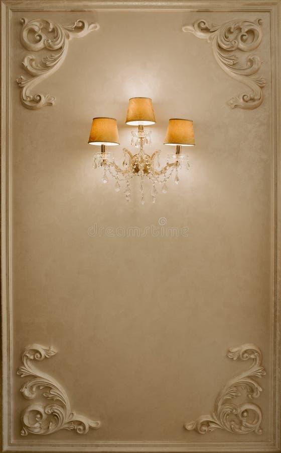 Foto av tappningkristallkronan i restaurangen lampa på väggen Fotoram för formgivare arkivfoto