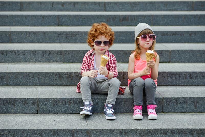 Foto av två gulliga hipsters arkivbild