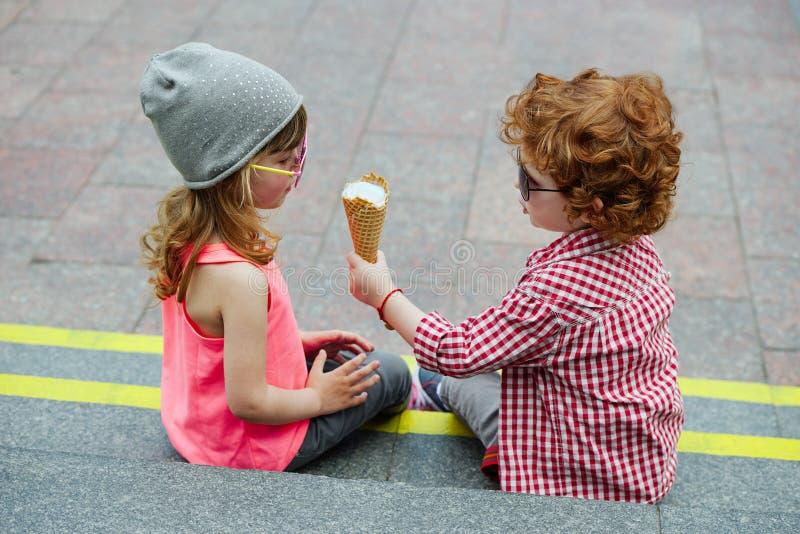 Foto av två gulliga hipsters royaltyfri fotografi