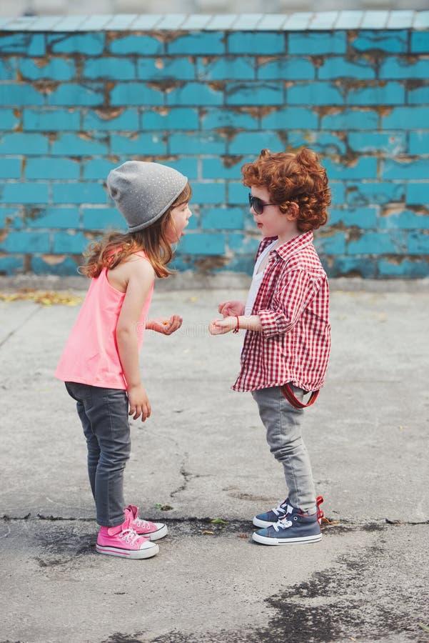 Foto av två gulliga hipsters arkivfoto