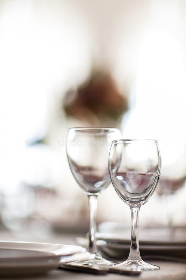 Foto av två vinglas på suddig bakgrund fotografering för bildbyråer