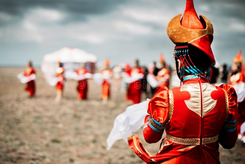 Foto av unga h?rliga kvinnor som b?r i traditionella nationella mongolian kalmykian kl?nningar i festivalen royaltyfri foto