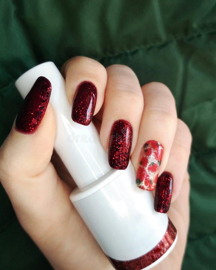 Foto bianca di modo di bellezza della bottiglia del nero del dito della mano della donna e di progettazione rossa del campione de immagini stock libere da diritti
