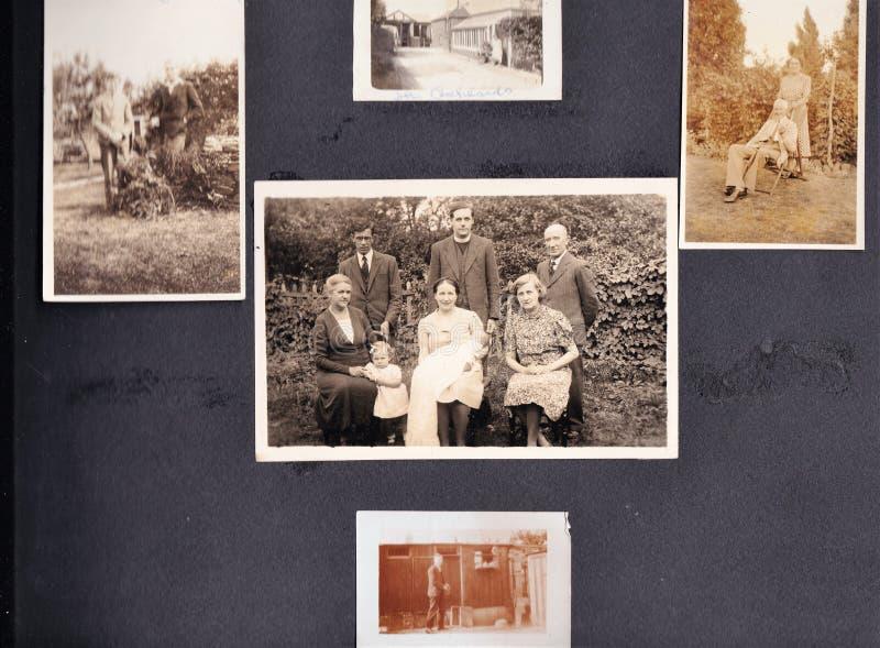 Foto in bianco e nero d'annata negli anni 30 di un album di foto della famiglia - gli anni 60 fotografie stock libere da diritti