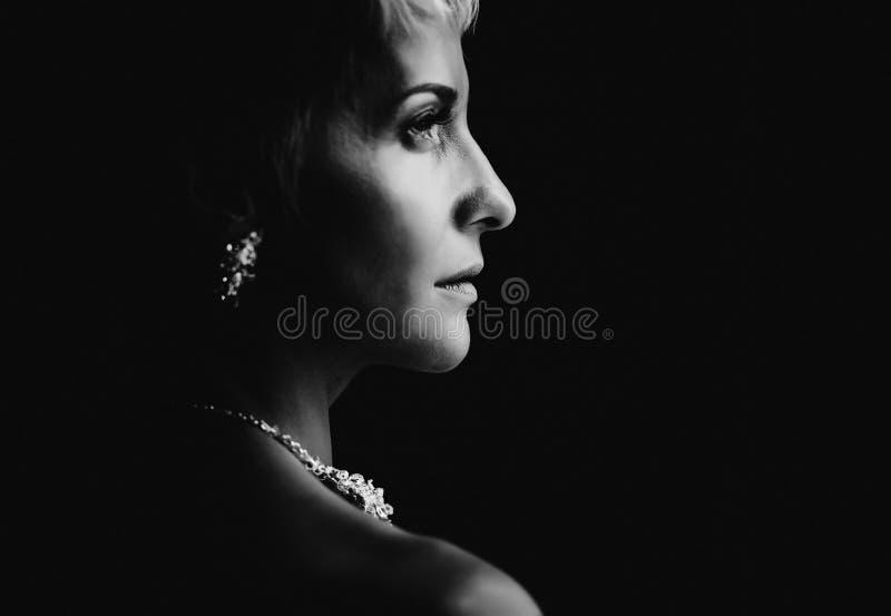 Foto in bianco e nero del sorriso della sposa fotografia stock libera da diritti