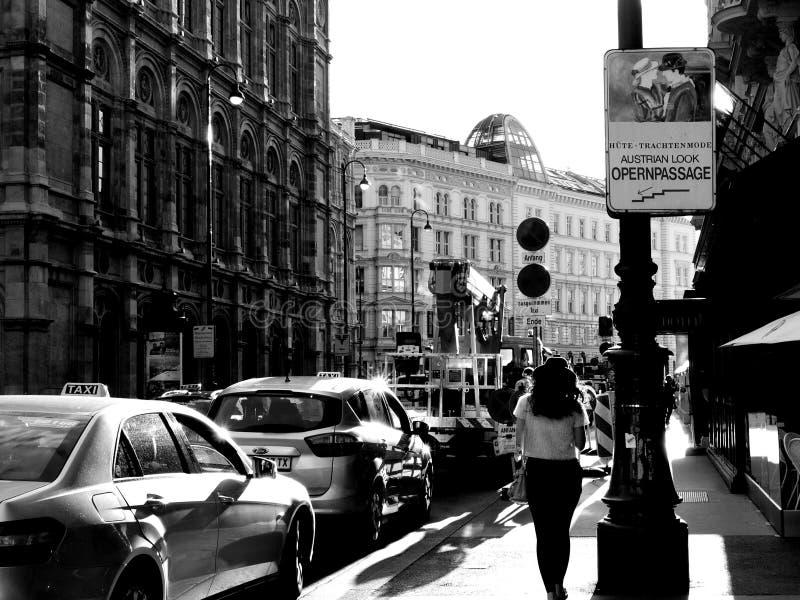 Foto in bianco e nero della via del turista a Vienna, Austria fotografie stock