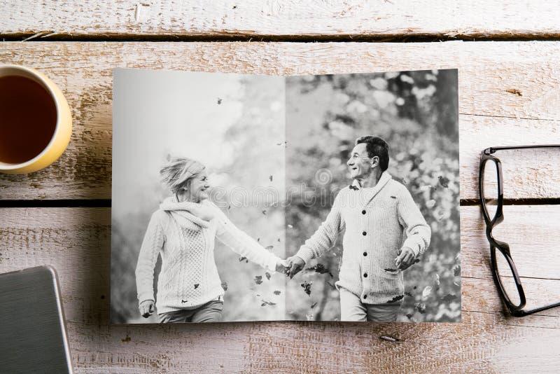 Foto in bianco e nero delle coppie senior in natura di autunno, studio fotografia stock