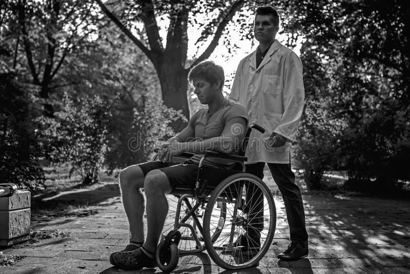 Foto in bianco e nero di medico e del suo paziente fotografia stock