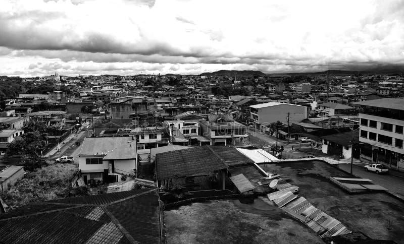 Foto in bianco e nero di vecchia città con molte vecchie case ed alcune nuove case nel Sudamerica immagine stock libera da diritti