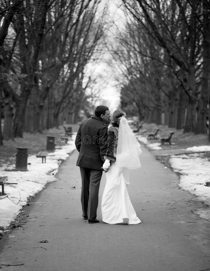 Foto in bianco e nero recentemente della coppia sposata che cammina alla vittoria immagini stock