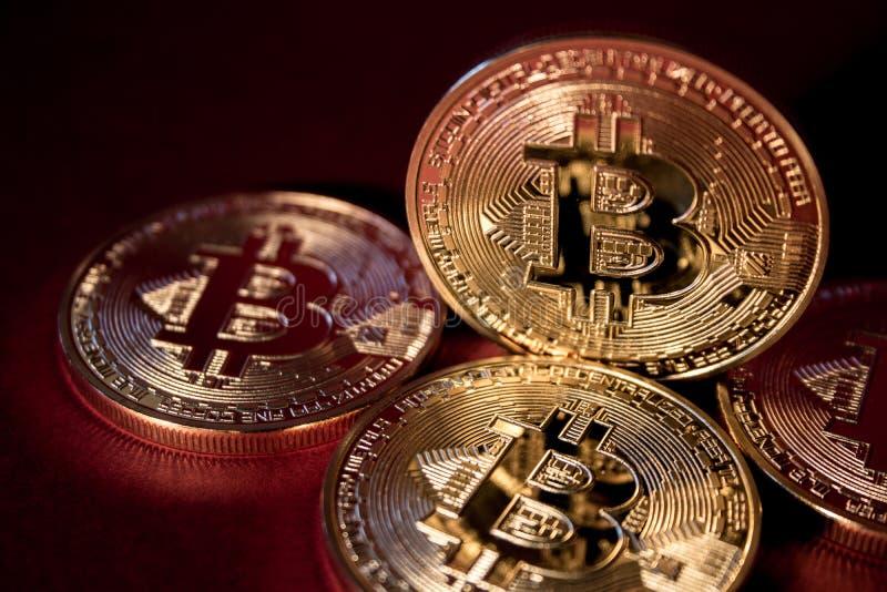 Foto Bitcoins dorato su fondo rosso concetto commerciale di valuta cripto fotografie stock libere da diritti