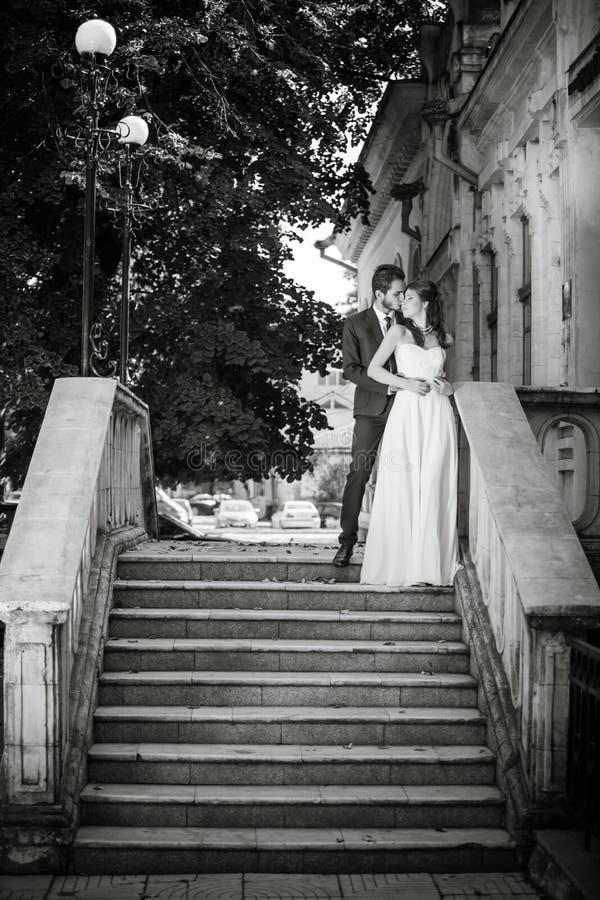 Foto blanco y negro apenas de la pareja casada fotografía de archivo libre de regalías