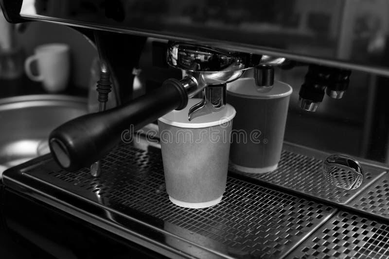 Foto blanco y negro de la cafetera y de la taza disponible del arte fotos de archivo
