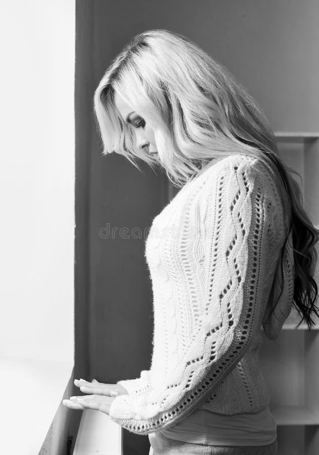 Foto blanco y negro de la mujer joven sola fotos de archivo